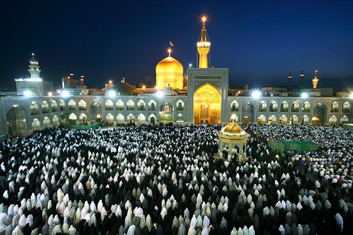 Evening Prayers at the Sh 009 زیباترین مناظر دیدنی ایران از نگاه سایت خارجی گاردین + عکس
