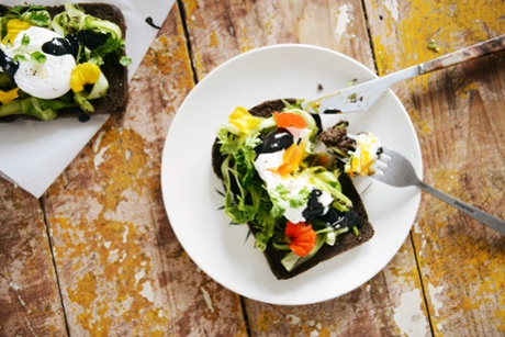Open sandwich with asparagus and poached egg