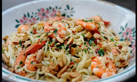 Linguine with prawns and almonds