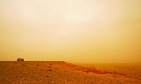 从戈壁沙漠中燃烧悬崖。图像拍摄2008.确切的日期未知。