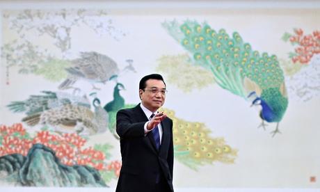 Premier Li Keqiang waves