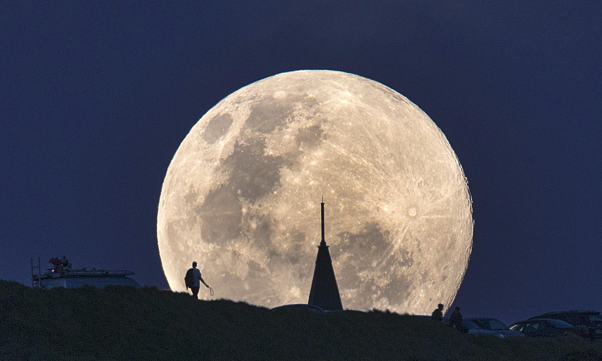 сложенном фото гигантской луны будут приведены признаки