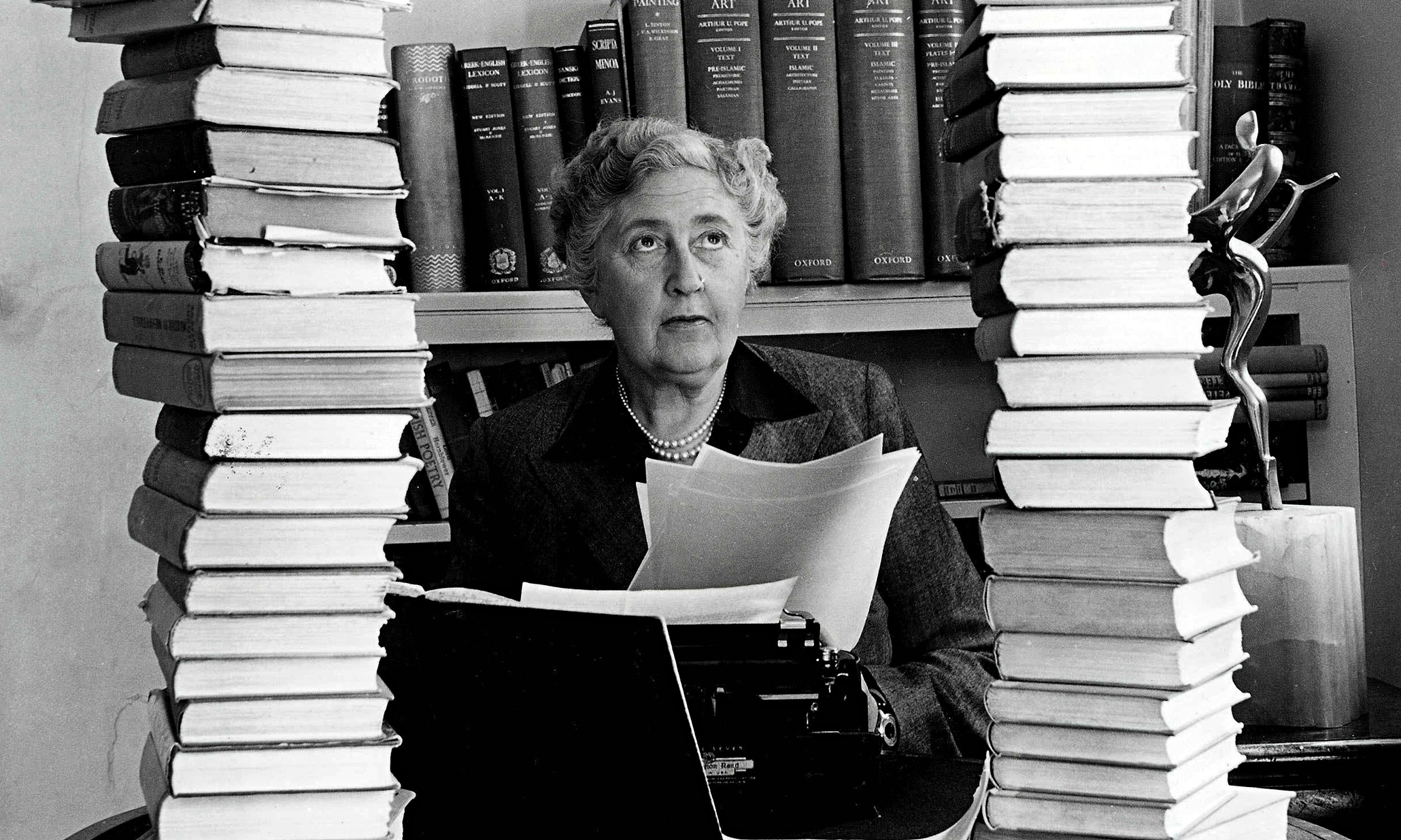 https://static.guim.co.uk/sys-images/Guardian/Pix/pictures/2015/4/27/1430140140647/Agatha-Christie-surrounde-009.jpg