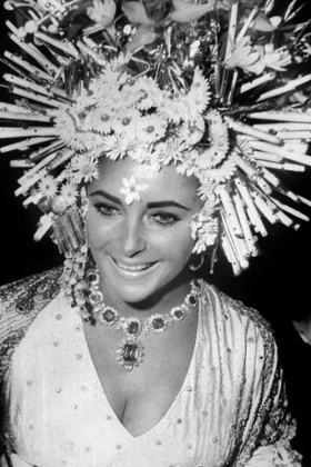 Elizabeth Taylor wears her diamond and emerald suite in Venice in 1967.
