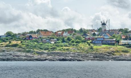 E5XG3W Denmark, Bornholm Island Pictures taken between 1st and 5th August 2014. Pictured: General view of the Gudhjem citybornholmdenmarkislandviewErtholmeBornholmzelandiazelandwidokturpodnexogudhjemsvanekewybrzezecoastgeneralwievharborportstreetsdaylifedenmarkdanishflagflagdenmarkflagdunskaflaga