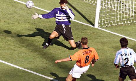 Bergkamp flicks the ball past Roa.