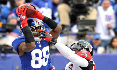 New York Giants Hakeem Nicks (L) leaps to catch the ball in the endzone for a touch down