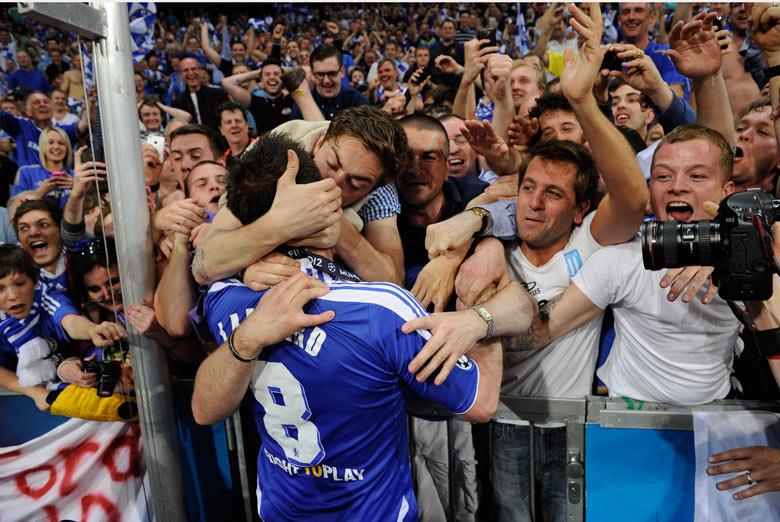 Fan-kisses-Frank-Lampard--001.jpg